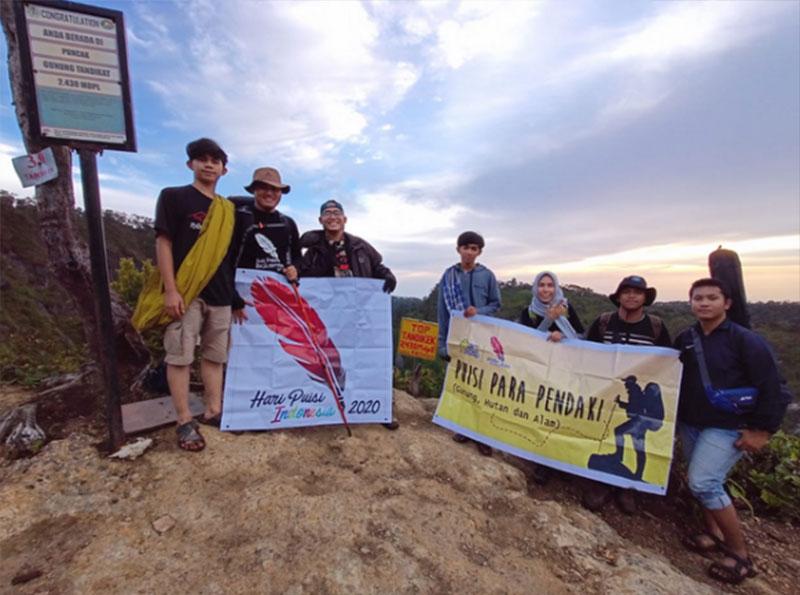 Spanduk Hari Puisi Dibentang di Gunung Tandikat dan Talang