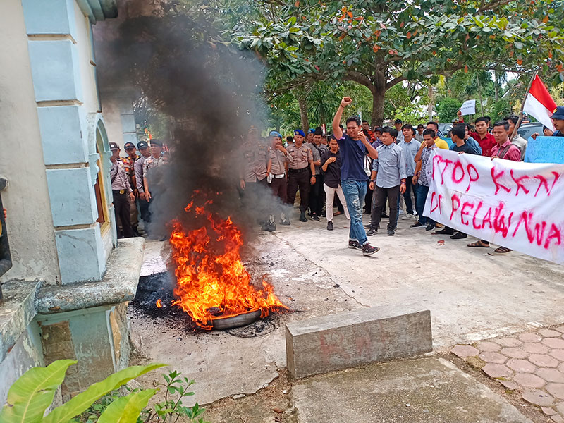 Pelantikan DPRD Pelalawan Diwarnai Demo