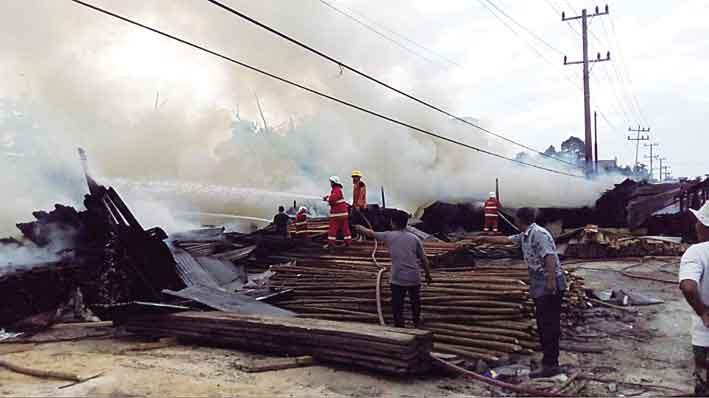 Gudang Kayu Bangunan Musnah Terbakar