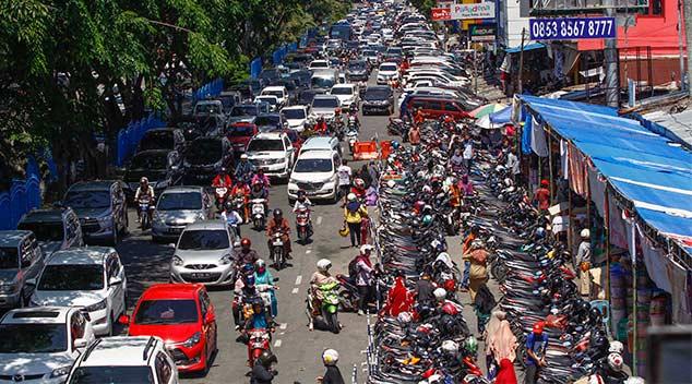 Parkir di Badan Jalan Bikin Macet