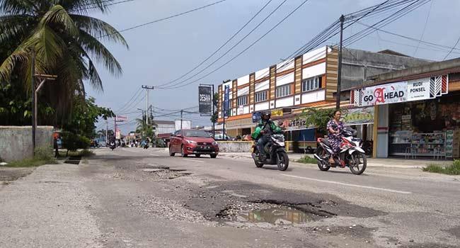 25 Lubang Bahayakan Pengendara di Jalan Rambutan