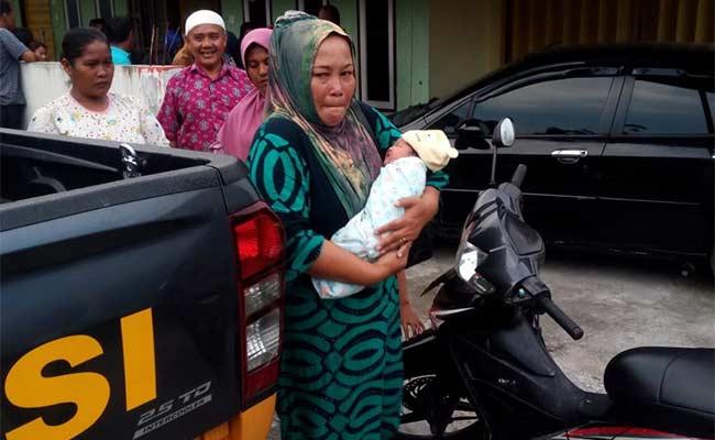 Bayi Baru Lahir Dibuang di Teras  Rumah Tetangga