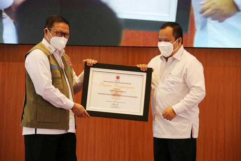 Berhasil Kurangi Risiko Karhutla, BNPB Beri Penghargaan ke Bupati Meranti