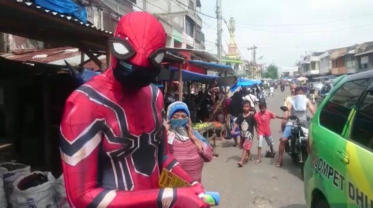 Ketika Spiderman, Superman, dan Gatot Kaca Berbagi Masker di Pasar-pasar