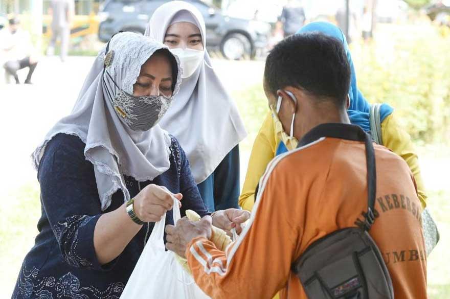Berkah Ramadan, Asral Dapat Bingkisan Jagung dari Istri Gubri