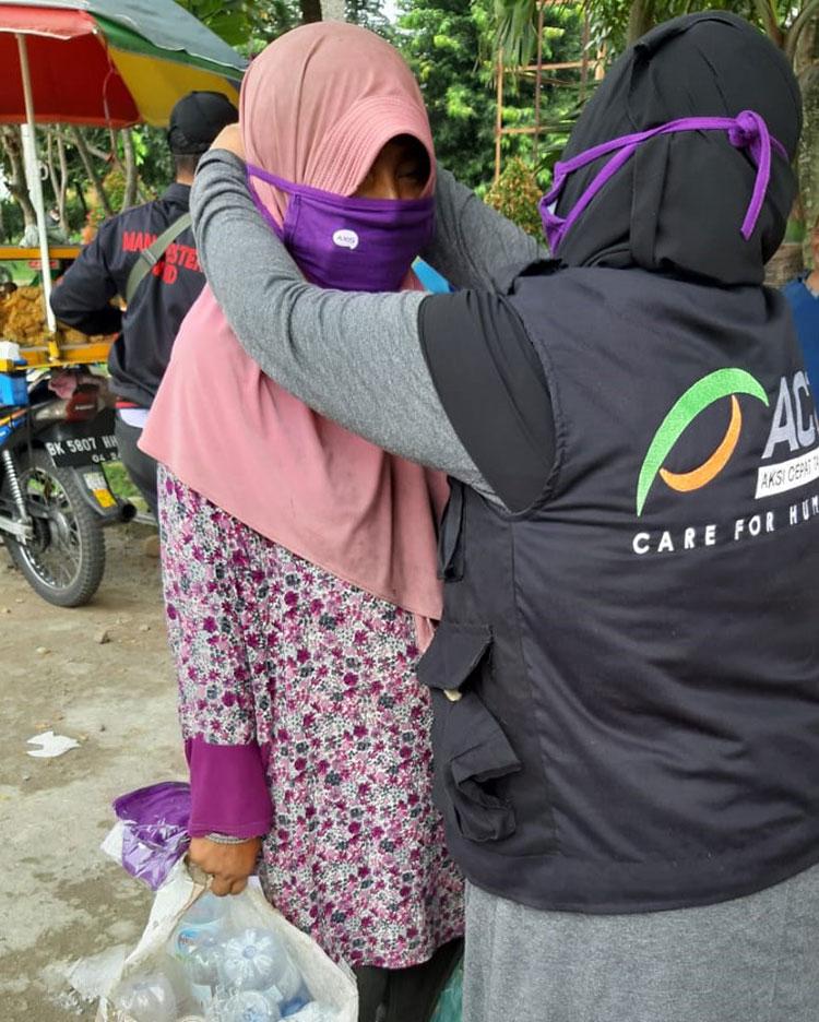 AXIS dan ACT Bagikan Ribuan Masker di Medan dan Padang
