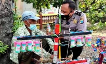 Viral, Polisi Bantu Kakek Penjual Mainan Anak Rp5 Ribu Dibeli Rp5 Juta