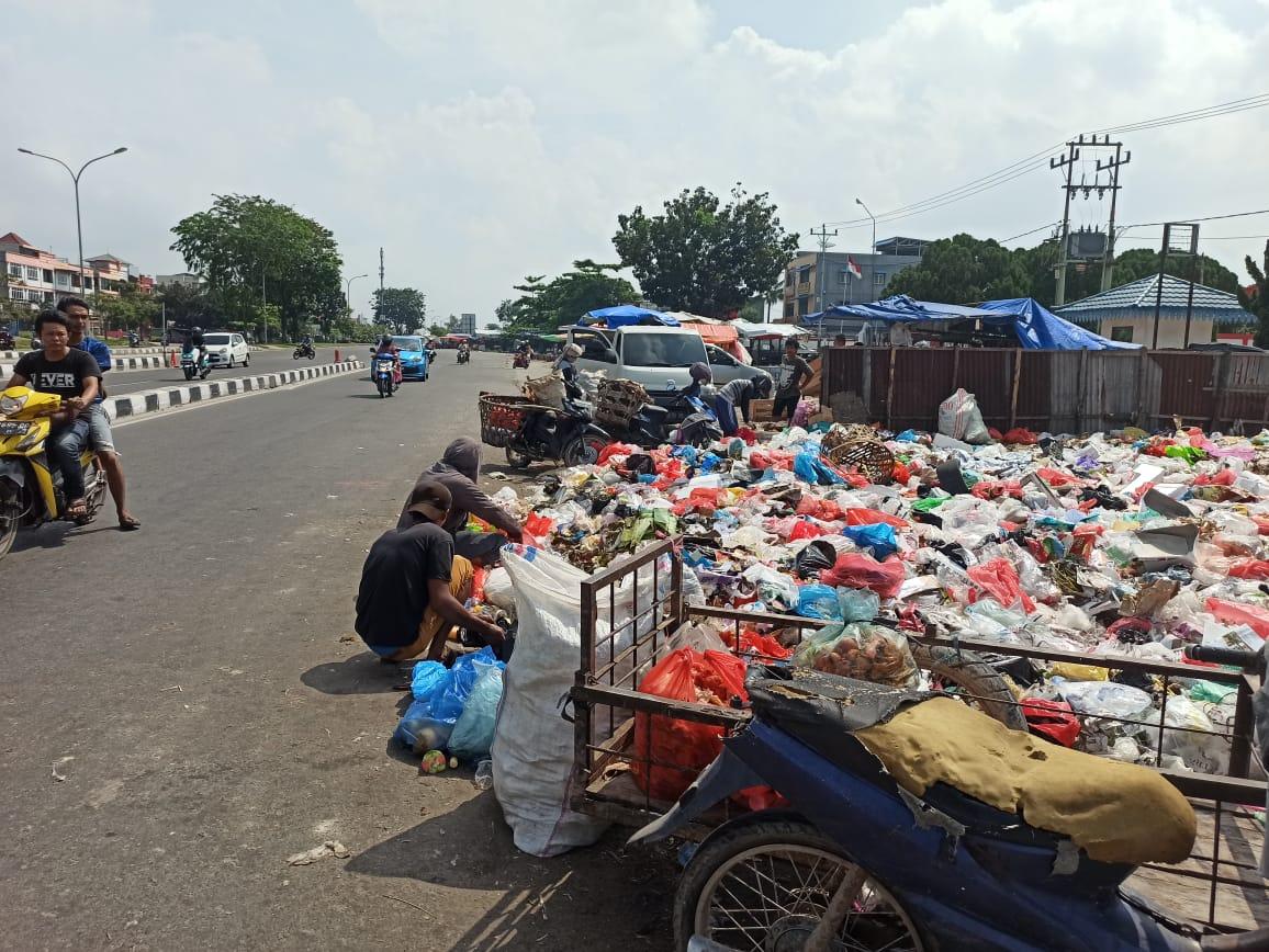 Lebaran, Sampah di Pasar Pagi Arengka Menumpuk dan Berbau Tak Sedap