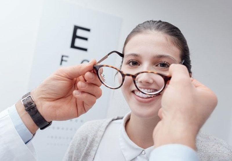 Mata Minus Tak Bisa Lahiran Normal?
