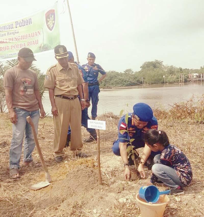 Ditpolair Polda Riau Tanam Pohon di Pinggiran Sungai