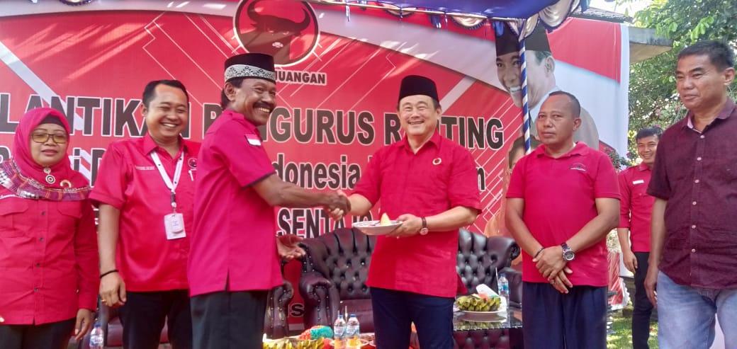 Lantik Ranting PDIP Sentajo Raya, Halim Dihadiahi Nasi Tumpeng