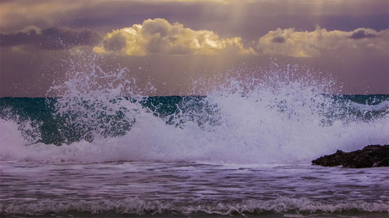 Gelombang Laut di Kepri Capai 5 Meter