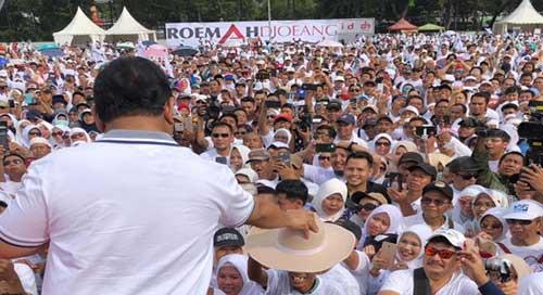 Prabowo Berikan Topi Kesayangan ke Relawan Tertua