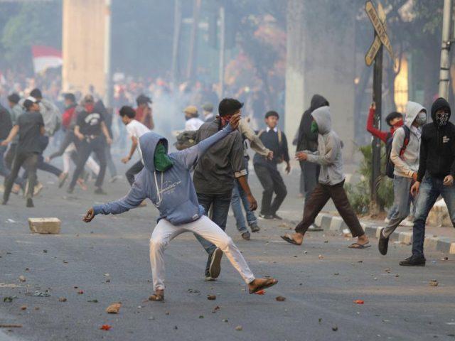 Demo Rusuh, Mobil Polisi Dilempari Batu