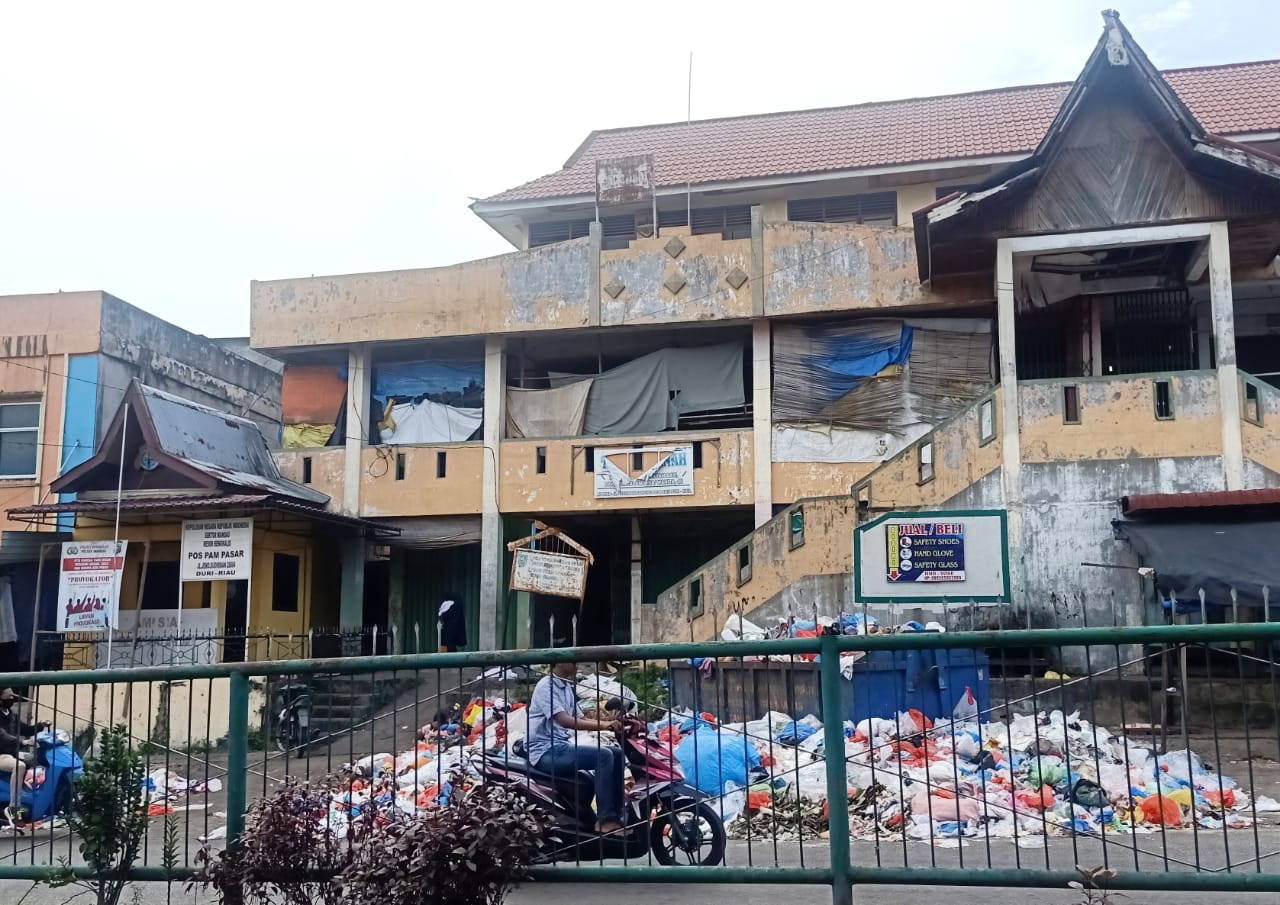 Lebaran, Sampah Berserakan di TPS Pasar Mandau Duri