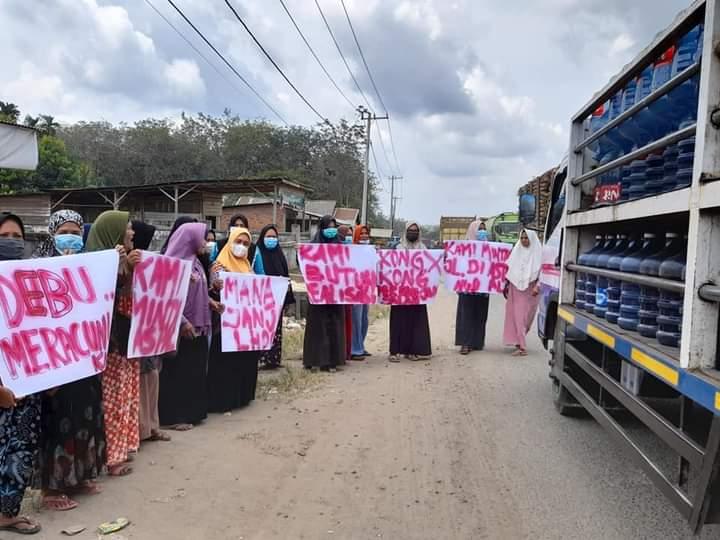 Emak-Emak Demo Turun ke Jalan Bentang Spanduk di Inhu, Ini Tuntutannya