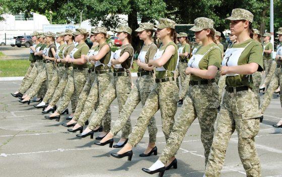 Parade Tentara Perempuan dengan Sepatu Hak Tinggi