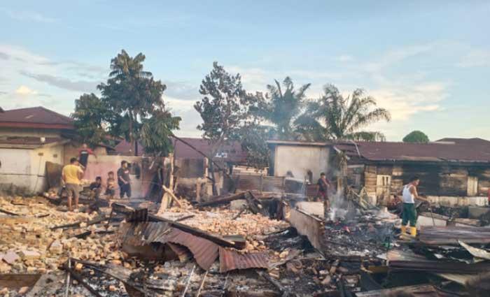Diduga Lupa Padamkan Tungku Masak, 10 Rumah Petak Terbakar