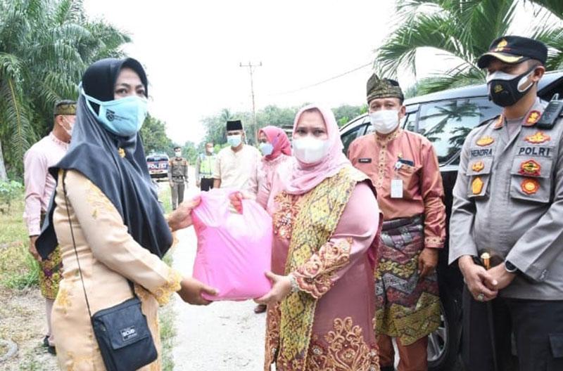 Bupati Bengkalis Serahkan Bantuan ke Desa Bantan Timur