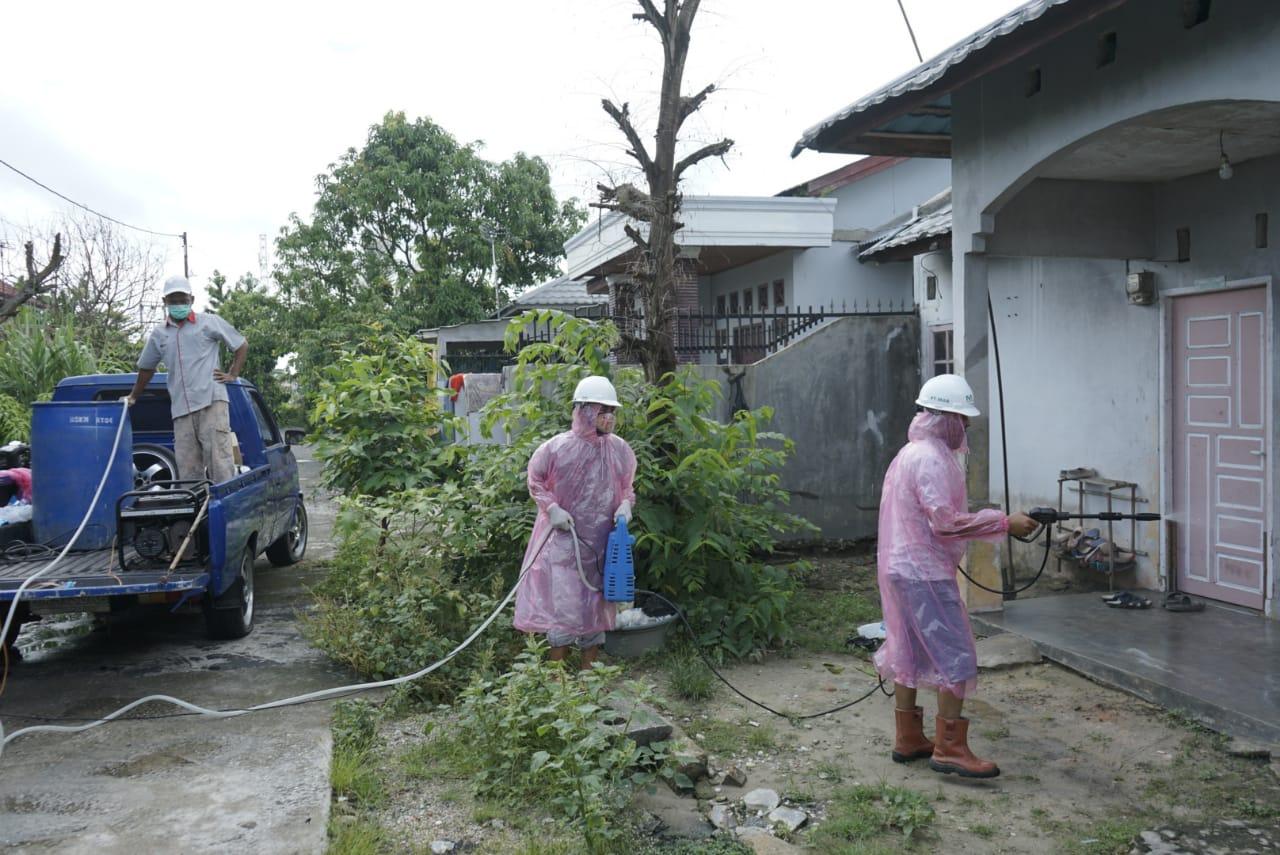Salah Satu Warga Positif Corona, Masyarakat Semprotkan Disinfektan secara Swadaya