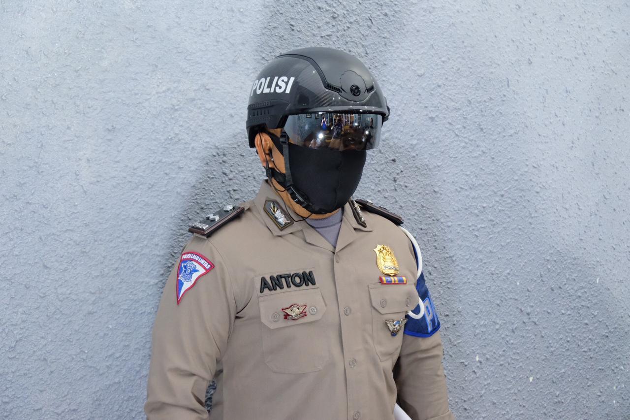 "Helm ""Robocop"" Personel Polda Riau Ukur Suhu Tubuh Kerumunan Warga"