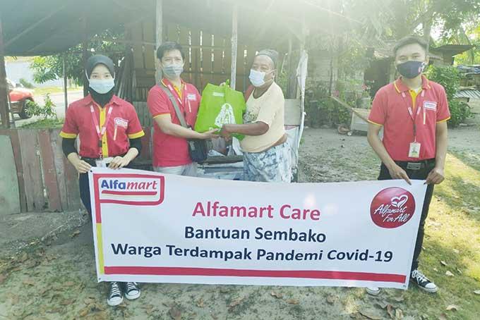 Alfamart Bagikan 20 Ribu Paket Sembako untuk Masyarakat Terdampak C19