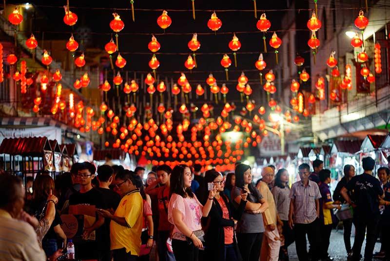 Menikmati Malam dengan Ribuan Lampion di Jalan karet
