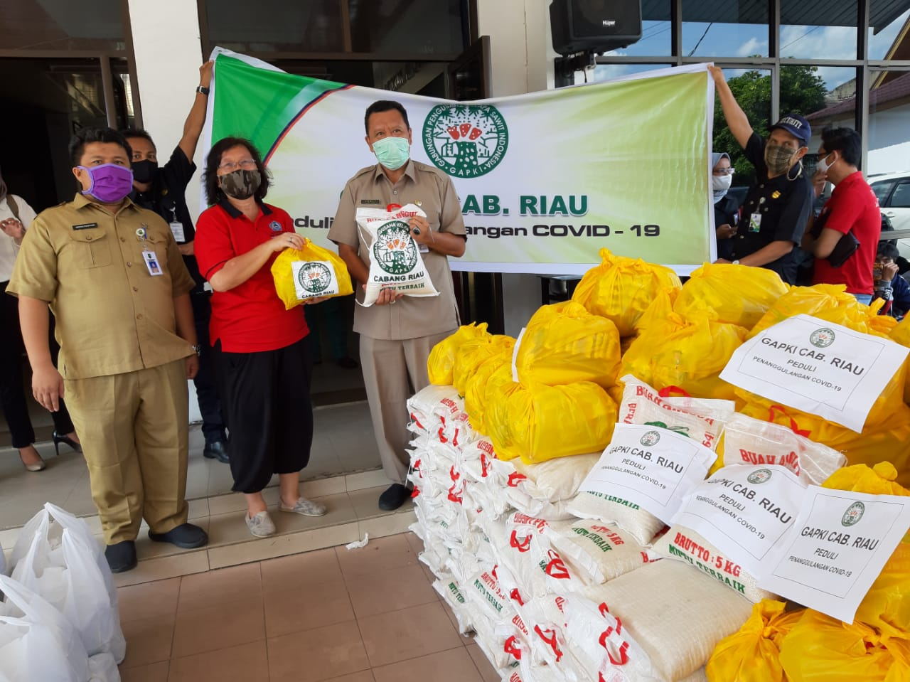 Bantu Korban PHK, Gapki Riau Serahkan Sembako ke Disnaker Riau