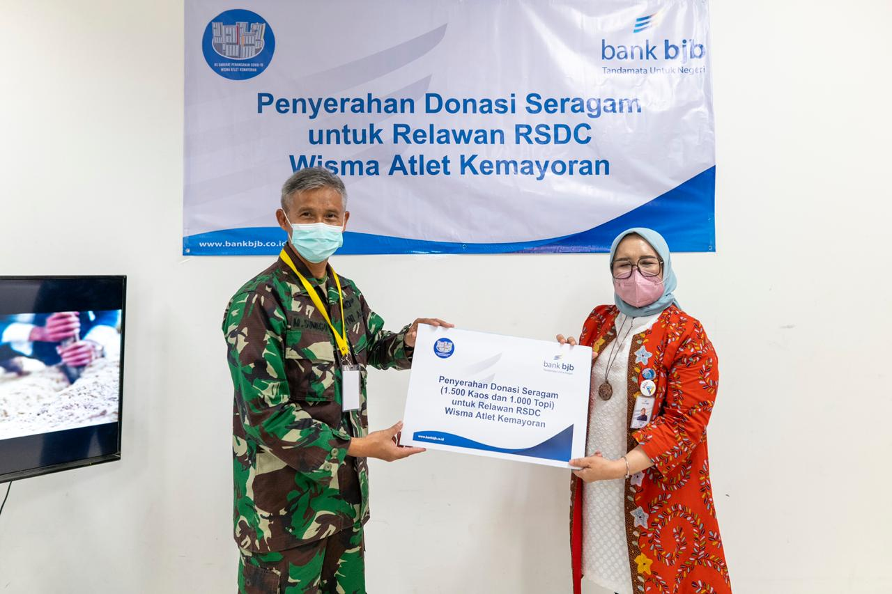Bank BJB Serahkan 1.500 Kaos dan 1.000 Topi pada Relawan Wisma Atlet