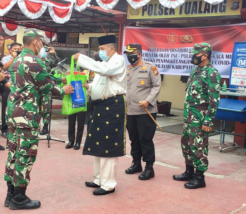 Bupati Lepas Pendistribusian Bansos Serentak Polri-TNI di Perawang