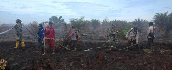 Petugas Berjibaku Jinakkan Api di Sungai Sembilan