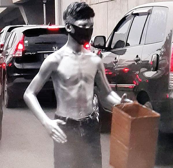 Manusia Perak pun Pakai Masker
