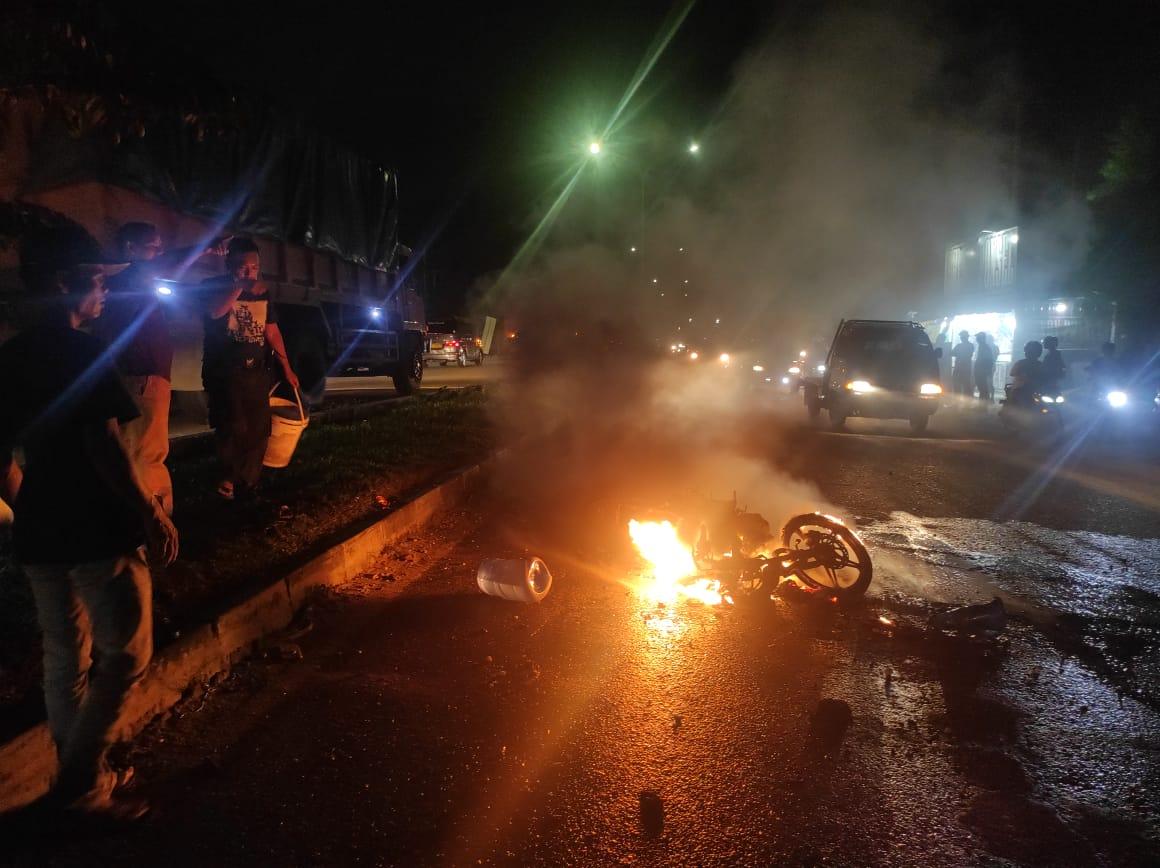 Sepeda Motor Terbakar, Pengemudi Dilarikan ke RS