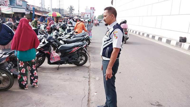 Parkir Liar Sebabkan Kemacetan Jalan