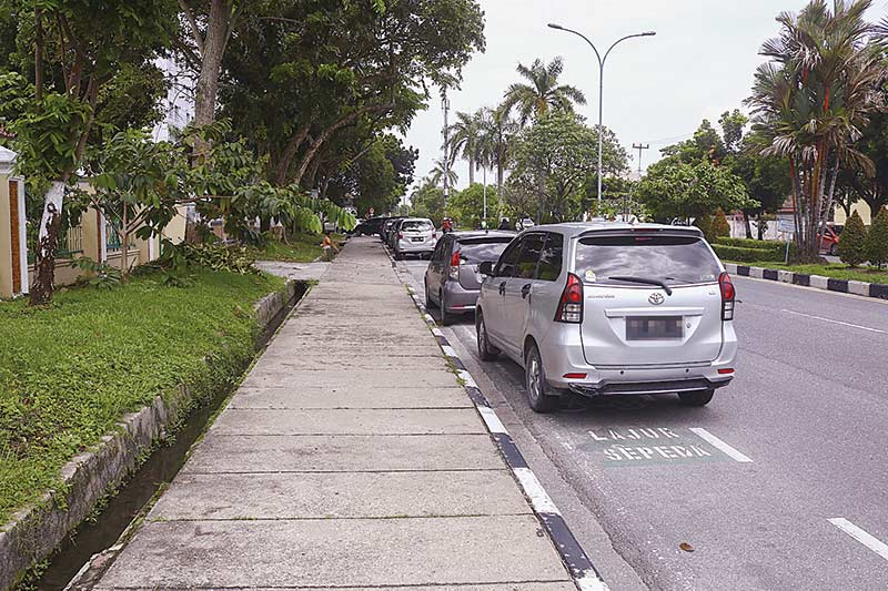 Pemilik Kendaraan Nekat Parkir  di Badan Jalan