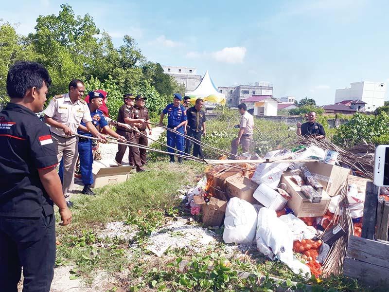 Ratusan Karung Barang Ilegal Dimusnahkan