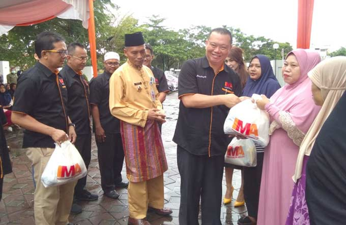 IMA Chapter Pekanbaru Serahkan 1.000 Paket Sembako