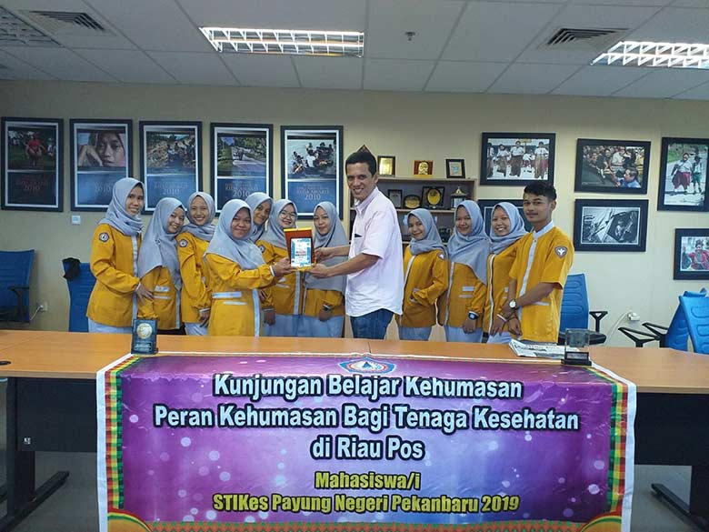 STIKes Payung Negeri Pekanbaru Belajar Jurnalistik dan Kehumasan di Riau Pos