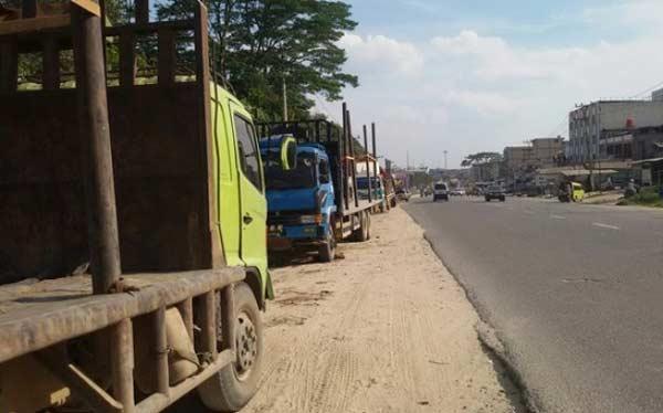 Tilang Truk Parkir Sembarangan di Jalintim