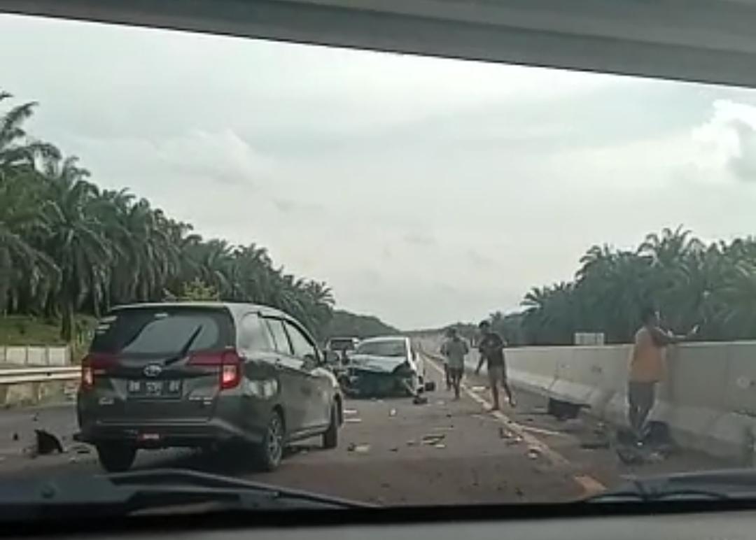 Tabrak Pembatas Jalan, Minibus Rusak Parah di Tol Pekanbaru-Dumai