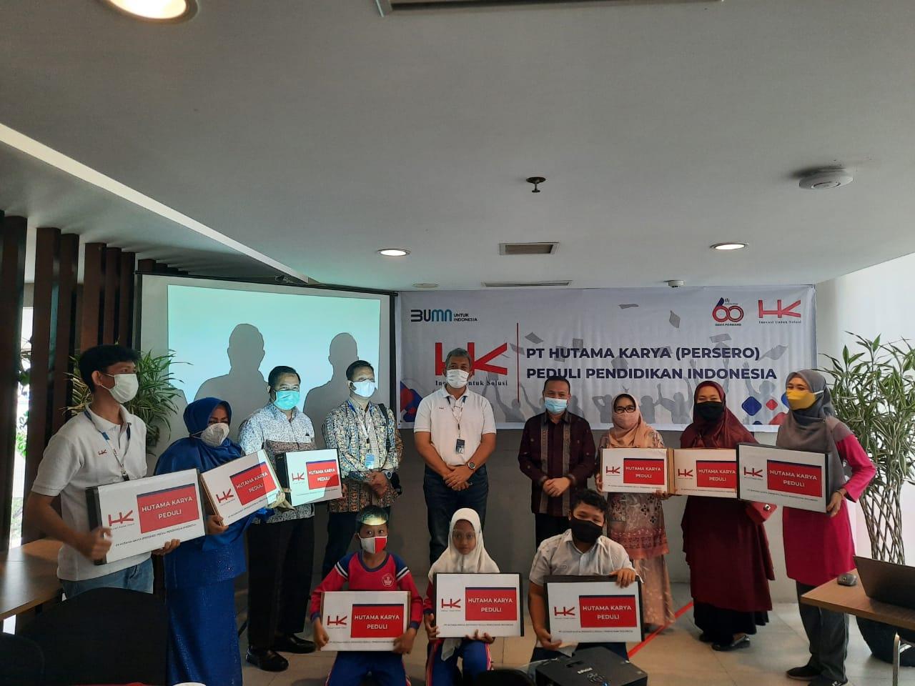 HK Beri Bantuan Laptop untuk Sekolah di Sekitar Tol Permai