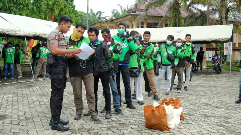 Manfaatkan Aplikasi Lancang Kuning, Polda Riau Serahkan Bantuan ke Masyarakat Terdampak Covid-19