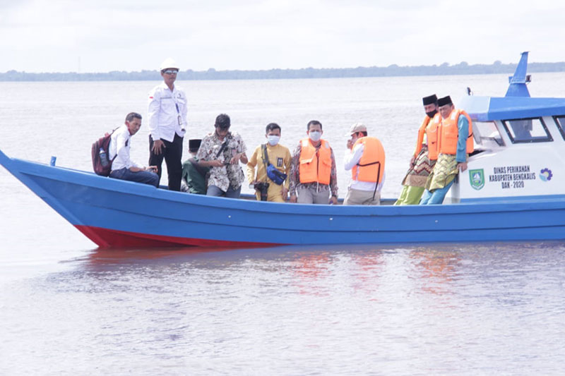 Polbeng Serahkan Tiga Unit Kapal Nelayan