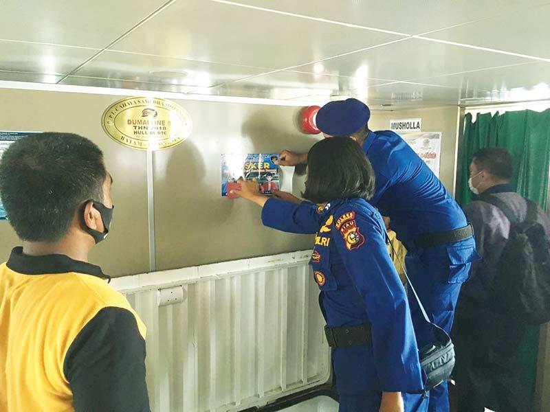 Satpolair Pasang Stiker Imbauan Pakai Masker dan Jaga Jarak