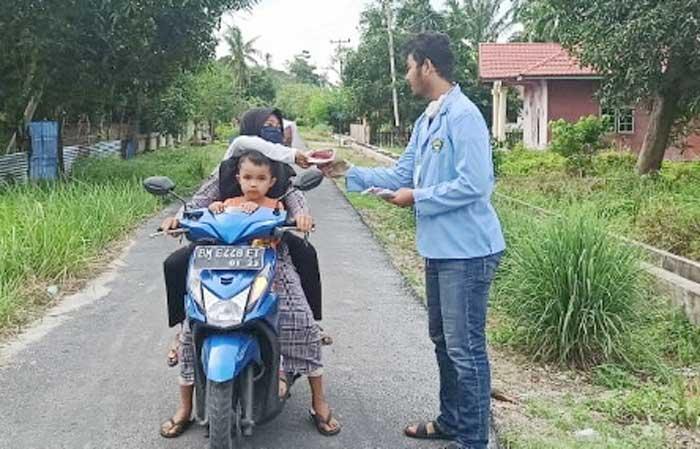 Tim Relawan Unri Bagikan Masker dan Vitamin di Desa Sejangat Bengkalis