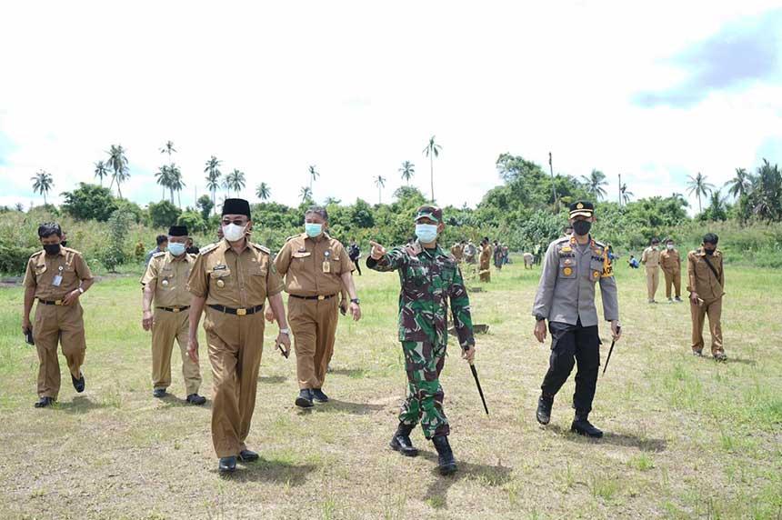 Pelanggar Disiplin Prokes Bersihkan Makam