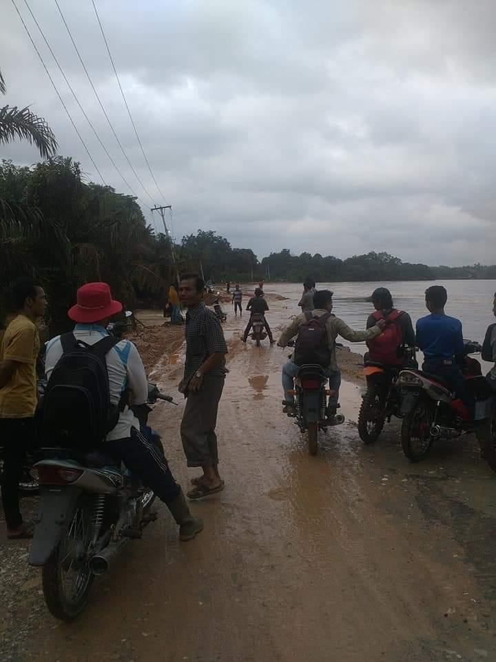 Air Sungai Indragiri Mulai Meluap, Jalan Dwi Marta Kembali Terancam Putus