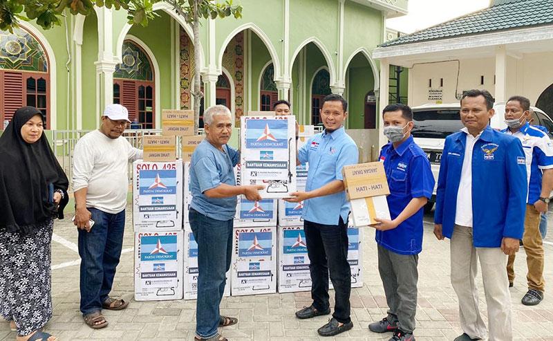 Demokrat Pekanbaru Bagikan Alat Semprot Disinfektan untuk Masjid dan Fasum