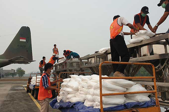 Cegah Karhutla, 6.400 Kg Garam Disemai di Awan Riau