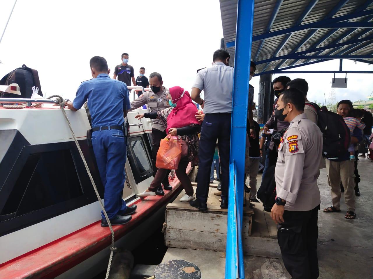 Di Pelabuhan, Diduga Oknum Agen Jual Tiket Melebihi Kapasitas Kapal